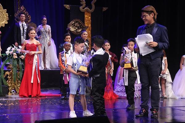Khoảnh khắc Cao Hữu Nhật nhận giải