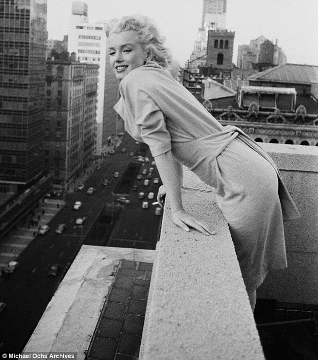 Marilyn Monroe ở New York hồi tháng 3/1955, cô rời bỏ Los Angeles hồi tháng 11/1954 với hy vọng sẽ bắt đầu tạo dựng một hình ảnh mới trong mắt truyền thông và công chúng.