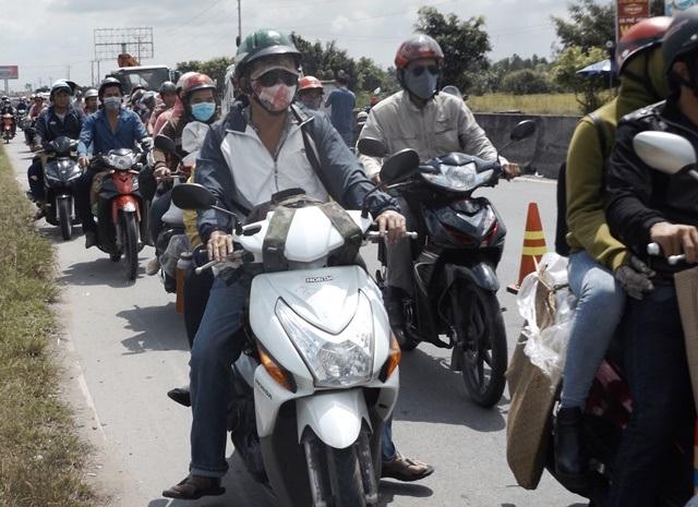 Giao thông bị ùn tắc sau vụ tai nạn
