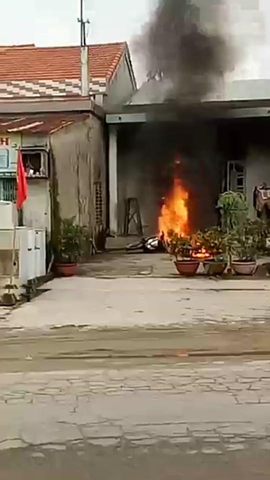 Giận vợ, chồng đốt 2 xe máy cháy rụi - 1