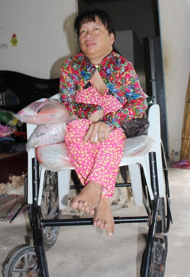 Sinh ra mắc căn bệnh sốt bại liệt, bất hạnh đầu tiên chị Lê Thị Ngọc Hưởng phải chịu cảnh tật nguyền, cuộc đời gắn liền với chiếc xe lăn.