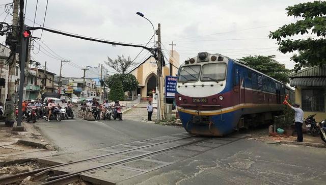 Gác chắn tại nút giao đường sắt với đường Tô Ngọc Vân, quận Thủ Đức luôn tấp nập phương tiện qua lại.