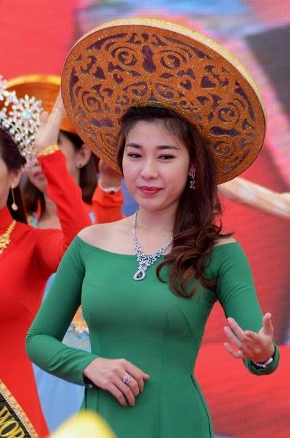 Trang sức làm tôn nét đẹp tà áo dài Việt.