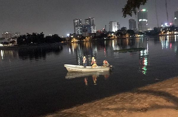 Hàng chục thuyền vớt cá từ cuối giờ chiều đến gần 24h đêm vẫn chưa vớt hết cá chết ở hồ Hoàng Cầu