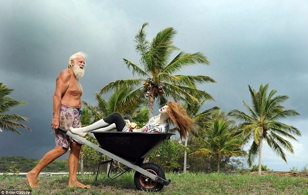 Để bớt cô đơn, ông David, giờ đây đã ở tuổi ngoài 60, đặt một số búp bê xung quanh đảo để cảm thấy… có bầu bạn. Ngoài việc đôi khi cảm thấy trống trải và phải thường xuyên vật lộn với điều kiện sống rất đỗi khiêm tốn, ông David cảm thấy mọi thứ đều ổn thỏa.