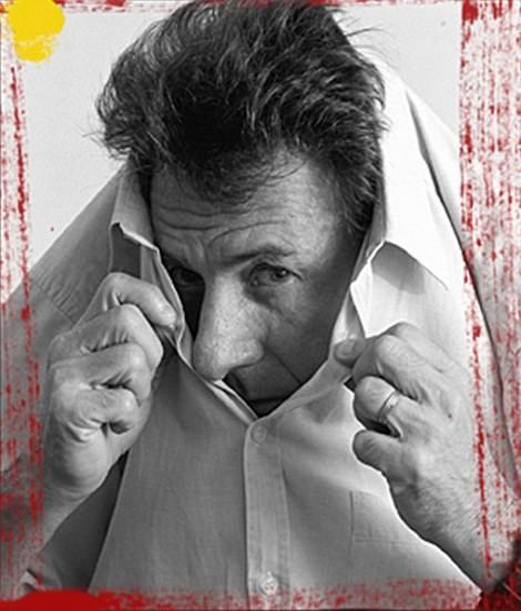 Nam diễn viên Dustin Hoffman trốn trong cổ áo.