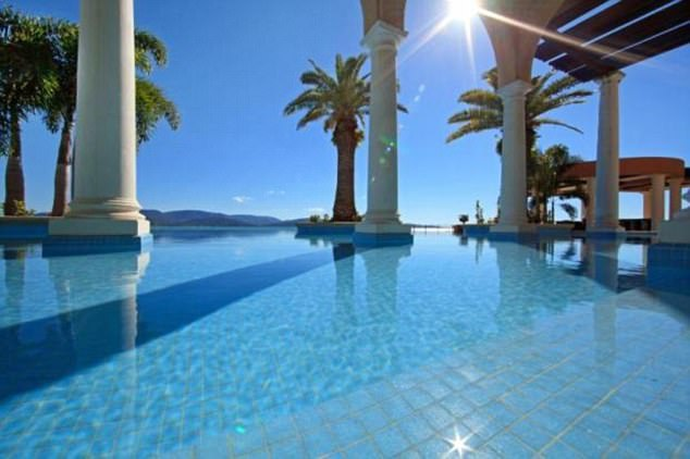 Bể bơi đẳng cấp với góc nhìn ra phía Rạn san hô Great Barrier - một kỳ quan thiên nhiên nổi tiếng thế giới.