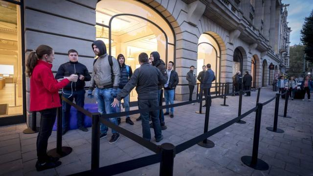 Chỉ có vài người đứng xếp hàng mua iPhone tại Pháp.