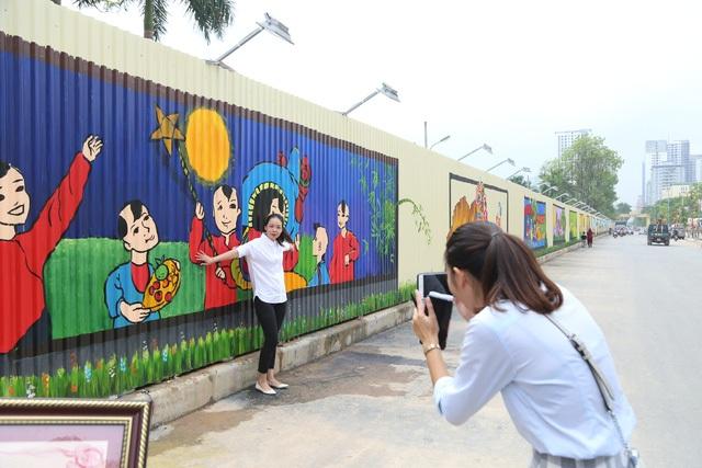 Bức tranh rộng gần 1.000 mét vuông (chiều dài hơn 300 mét, cao khoảng 3 mét) nằm trên lối đường Hồ Tùng Mậu, Bắc Từ Liêm, Hà Nội được Hội kỷ lục gia Việt Nam chứng nhận là bức tranh 3D dài nhất Việt Nam.