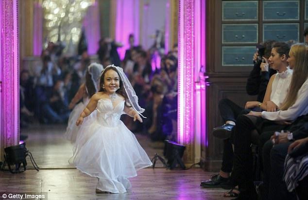 Một người mẫu đầy biểu cảm trên sàn catwalk.