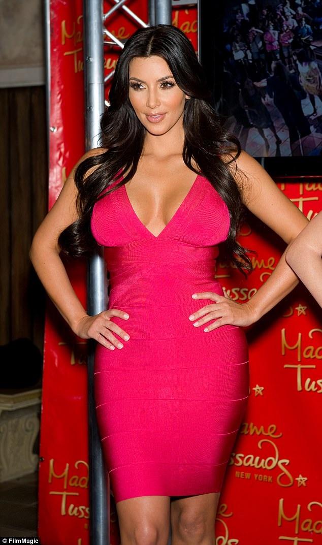 """Trong những năm tháng đầu của sự nghiệp ngôi sao truyền hình thực tế, Kim Kardashian cũng thường xuất hiện với các thiết kế váy """"dải băng"""" để khoe khéo ba vòng."""