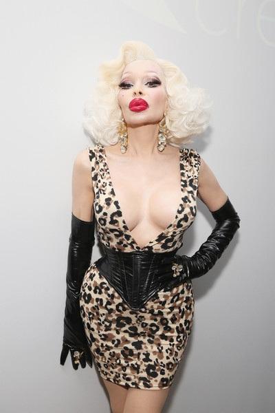 Người mẫu U50 cũng tự tin tuyên bố cô đã chi rất mạnh cho việc làm đẹp và thân hình của cô là đắt nhất thế giới