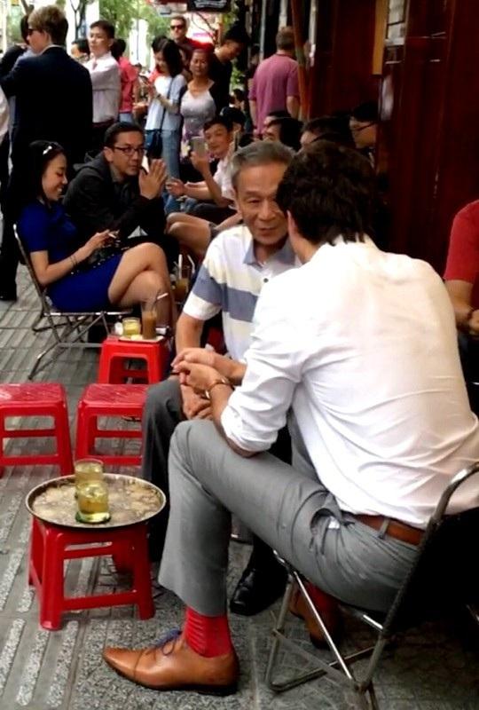 Trong lúc chờ nhân viên mang cà phê ra, ông Hiệp và Thủ tướng Trudeau được phục vụ trà đá (Ảnh: nhân vật cung cấp)