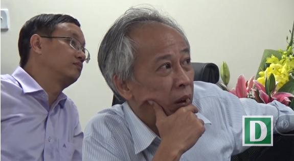 Giám khảo Nguyễn Long lắng nghe phần phản biện từ thí sinh.