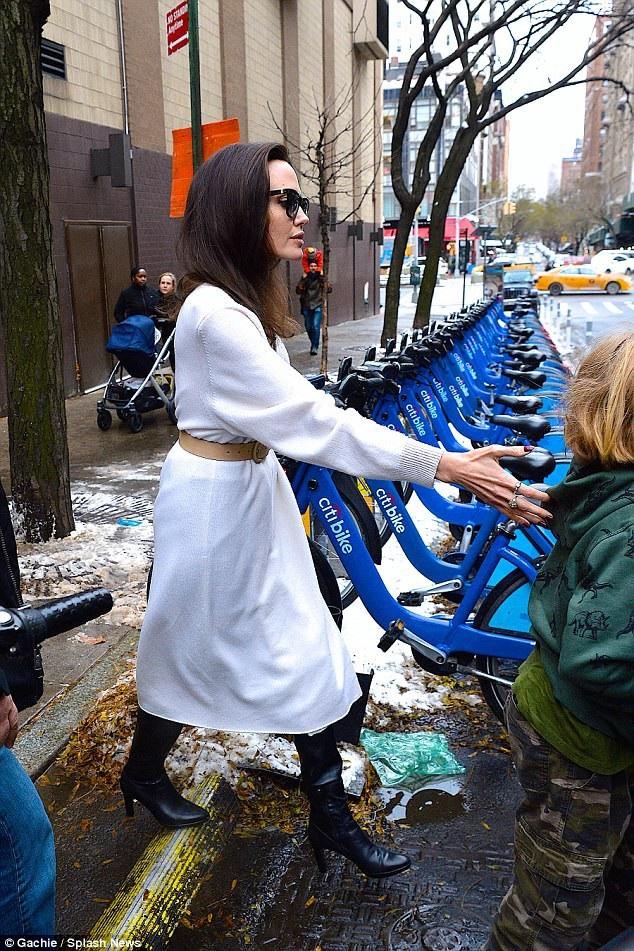 Angelina Jolie rất bận rộn trong dịp cuối năm nhưng cô luôn đặt các con lên ưu tiên hàng đầu