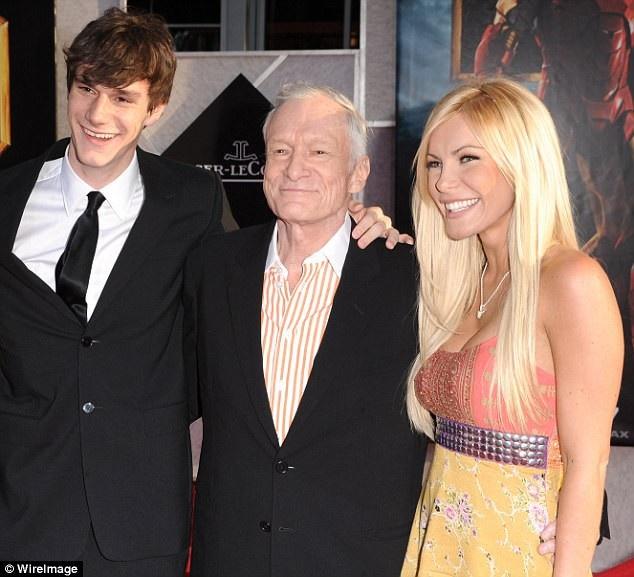 """Ông Hefner bên vợ - Crystal và con trai Cooper tại lễ công chiếu phim """"Iron Man 2"""" hồi năm 2010."""