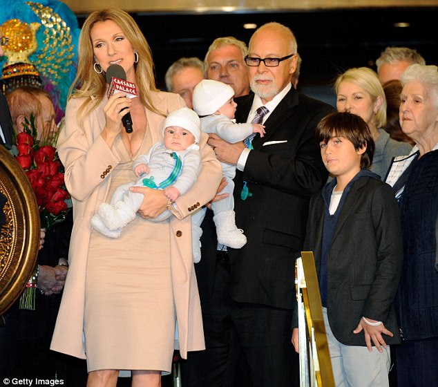 Hai vợ chồng Celine và René bên các con hồi năm 2011.