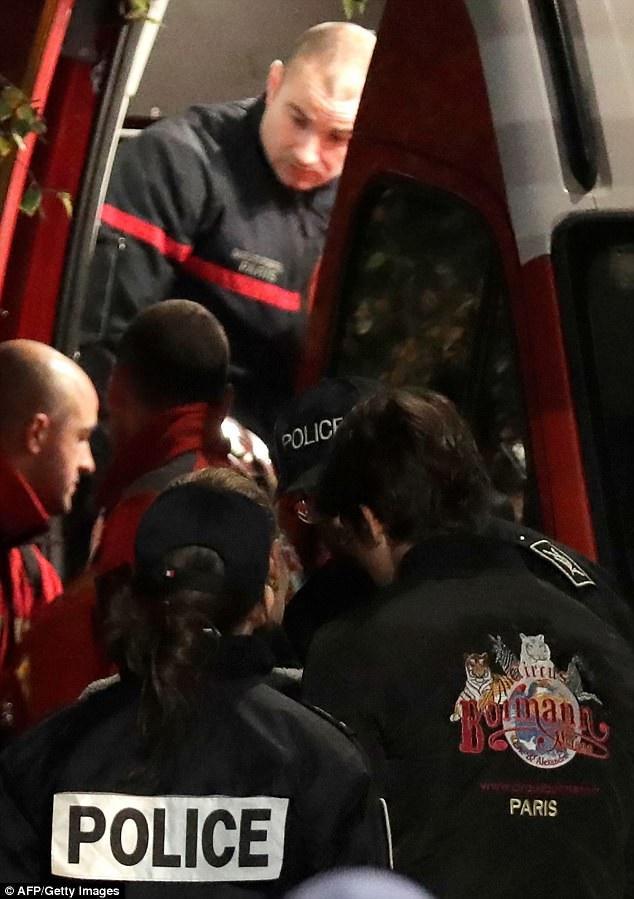 Cảnh sát Paris đã nhanh chóng hạ gục con hổ bằng súng, sau khi những nỗ lực của nhân viên gánh xiếc trong việc dụ con hổ quay trở về chuồng đều thất bại.