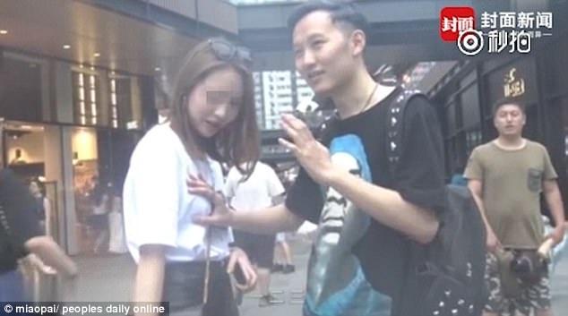Người thanh niên tự xưng là ảo thuật gia, đề nghị một số cô gái hợp tác giúp anh ta thực hiện tiết mục ảo thuật để ghi hình. Đi cùng người thanh niên này là một thanh niên khác có mang theo máy quay.