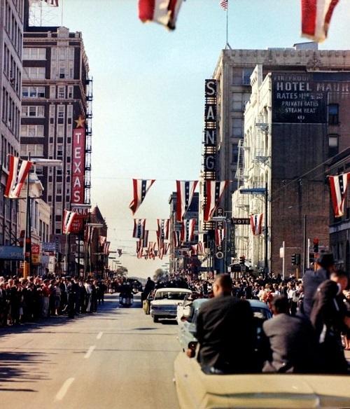 Đoàn xe của Tổng thống Kennedy đi qua nhiều tuyến đường và được người dân xuống đường hưởng ứng theo dõi