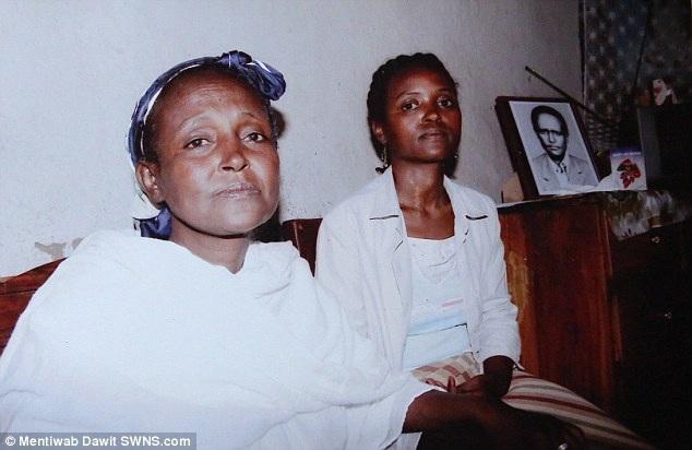 """Ban đầu, chị Mentewab (phải) đặt tên con gái là Yemasrech, trong tiếng Ethiopia có nghĩa là """"tin lành"""", nhưng vì quá nghèo khó và đau ốm, chị đã phải cho con đi."""