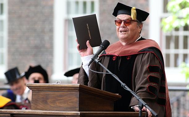Nam diễn viên Jack Nicholson từng nhận bằng Tiến sĩ Nghệ thuật từ trường Đại học Brown. Nam diễn viên đã 3 lần giành giải Oscar. Thời thanh niên, Jack đi tới Bờ Tây nước Mỹ để theo học Đại học, cậu thanh niên ấy không ngờ rằng cái duyên với điện ảnh rồi sẽ khiến cậu sớm bỏ học để theo đuổi diễn xuất, để rồi chính diễn xuất sẽ đưa lại tấm bằng Tiến sĩ danh dự.