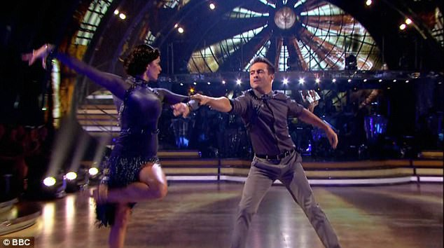 """Cặp đôi Joe và Katya trở lại sân khấu với bài nhảy thứ hai trong đêm bán kết """"Khiêu vũ với ngôi sao"""" phiên bản Anh. Cặp đôi thực hiện bài nhảy tango trên nền ca khúc """"Human"""" thể hiện bởi giọng ca người Anh RagnBone Man."""