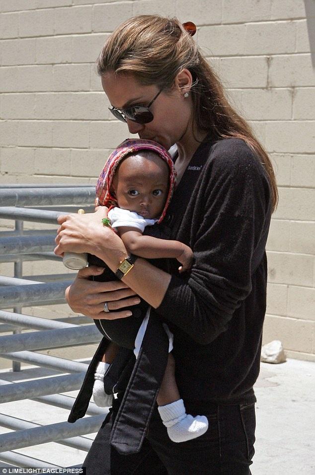 Angelina Jolie khi mới nhận nuôi Zahara hồi năm 2005.