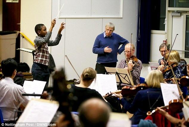 """Matthew cho biết cậu có thể chỉ huy cả vở nhạc kịch """"Die Fledermaus"""" chỉ bằng trí nhớ, không cần bản nhạc."""