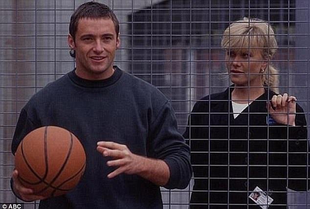 """Hugh và Deborra-Lee có khoảng cách lứa tuổi lên tới 13 năm. Họ kết hôn năm 1996 sau khi gặp gỡ trên phim trường của loạt phim truyền hình Úc """"Correlli"""" (1995)."""