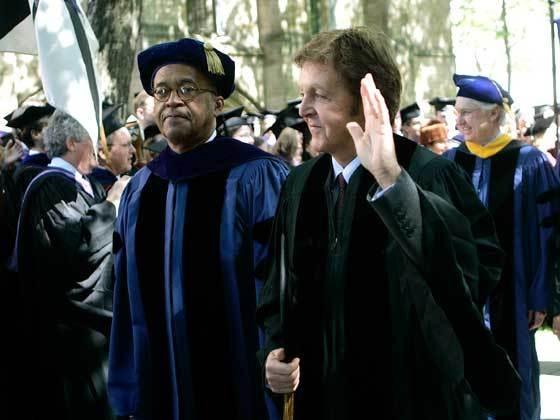 Nam ca sĩ Paul McCartney cũng từng nhận được bằng Tiến sĩ danh dự từ trường Đại học Yale (Mỹ) vì những cống hiến cho âm nhạc hồi năm 2008.