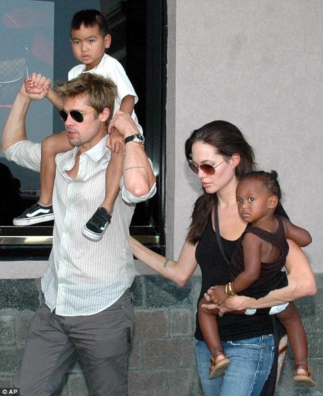 Đầu tiên, Angelina Jolie nhận nuôi Maddox từ Campuchia hồi năm 2002, sau đó, cô nhận nuôi Zahara từ Ethiopia năm 2005.
