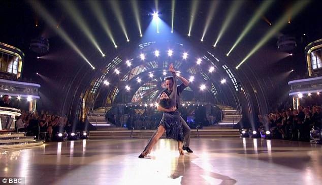 Với hai bài nhảy cùng đạt số điểm 35, cặp đôi đã về nhì trong đêm bán kết.
