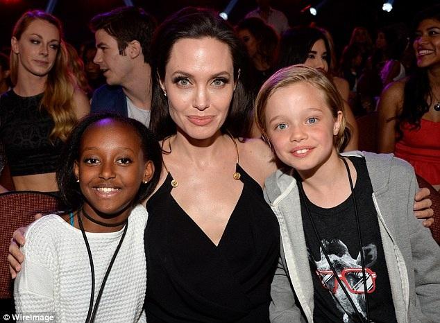 Zahara đã lớn lên, trở thành một cô gái khỏe mạnh, tự tin. Bức hình chụp hồi năm 2015 tại một sự kiện Angelina Jolie đưa theo hai cô con gái Zahara và Shiloh đi dự cùng.