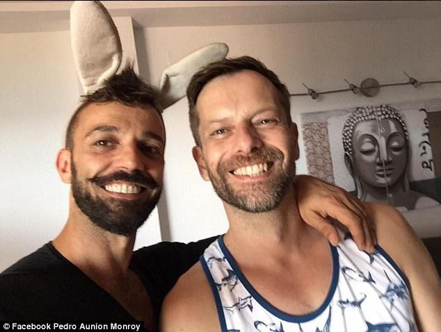 Nghệ sĩ xiếc Monroy và bạn trai người Anh - Michael Sell (phải).