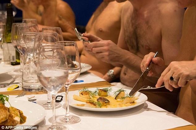 Dù những khách hàng ghé thăm Onaturel vốn đã quen với việc khỏa thân, nhưng thi thoảng trong nhà hàng vẫn vang lên những tiếng cười khúc khích của sự ngượng ngùng phút ban đầu.