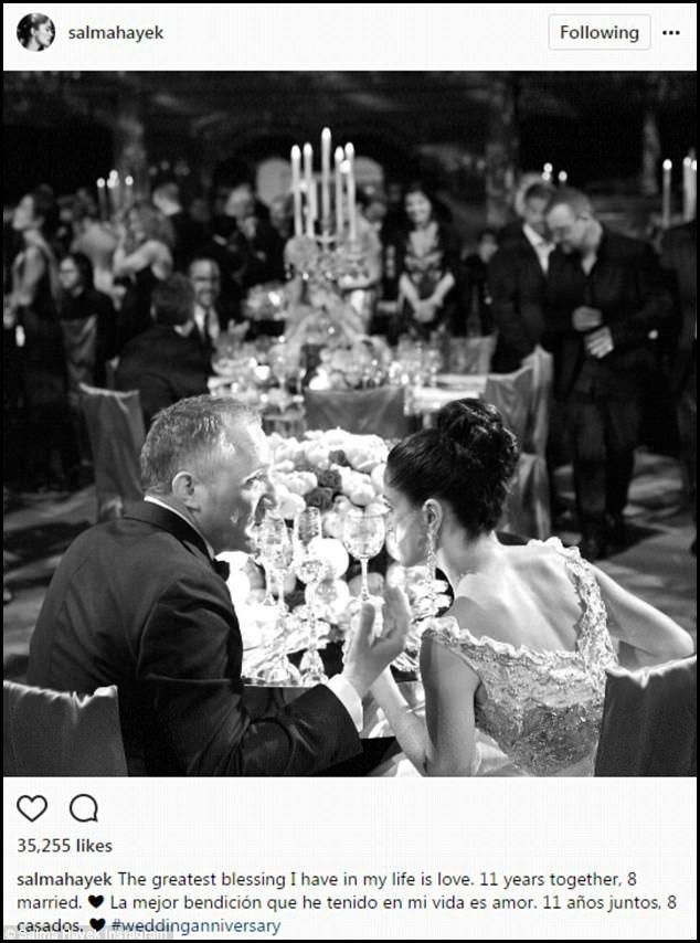 """Mới đây, nữ diễn viên 50 tuổi đã chia sẻ lại bức ảnh cưới trên mạng xã hội nhân dịp kỷ niệm 8 năm gắn bó với người chồng doanh nhân tỷ phú. Bên cạnh bức ảnh, Salma bình luận: """"Điều may mắn lớn nhất tôi có trong cuộc đời chính là tình yêu. 11 năm bên nhau, 8 năm gắn bó trong hôn nhân""""."""