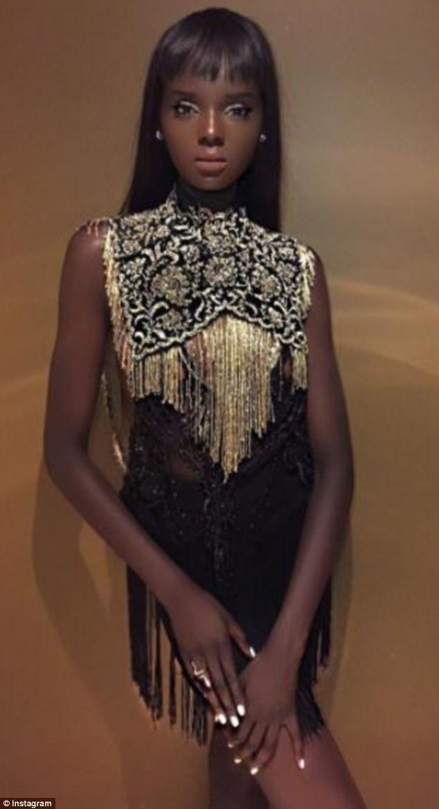 Người mẫu Nyadak Thot đăng tải bức ảnh này lên mạng xã hội và ngay lập tức khiến cư dân mạng sửng sốt bởi trông cô giống hệt như một búp bê Barbie.