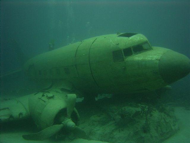 Xác một chiếc máy bay dưới lòng đại dương thuộc Tam giác quỷ. Năm 1949 chiếc Star Ariel biến mất khi cách Bermuda 380 dặm về phía Tây-Nam, đến năm 1950 một chiếc máy bay kiểu Globemaster mất tín hiệu ở tận cùng phía bắc của tam giác và năm 1952 là một chiếc máy bay Anh bay đến Jamaica nhưng vĩnh viễn không trở lại