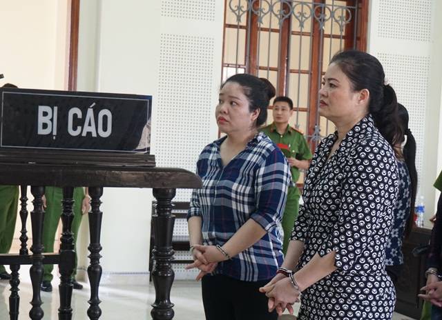Hai bị cáo Nguyễn Thị Thảo (bên phải) và Tống Thị Trang tại phiên tòa