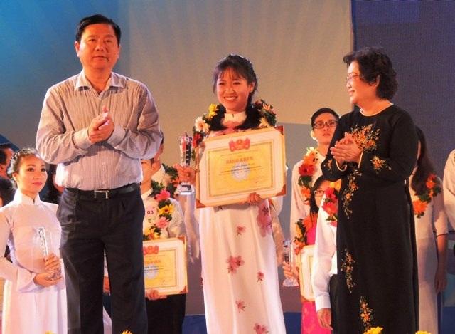 Nguyên Phó Chủ tịch nước Trương Mỹ Hoa và Bí thư Thành ủy TPHCM Đinh La Thăng trao bằng khen và kỷ niệm chương cho các gương sinh viên 5 tốt