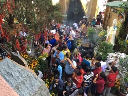 Đông nghịt người du xuân, lễ chùa ngày đầu năm - 7