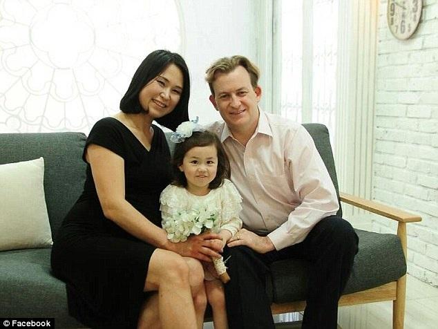 Giáo sư Robert Kelly và vợ - chị Jung-a Kim cùng cô con gái Marion trong một bức ảnh gia đình.
