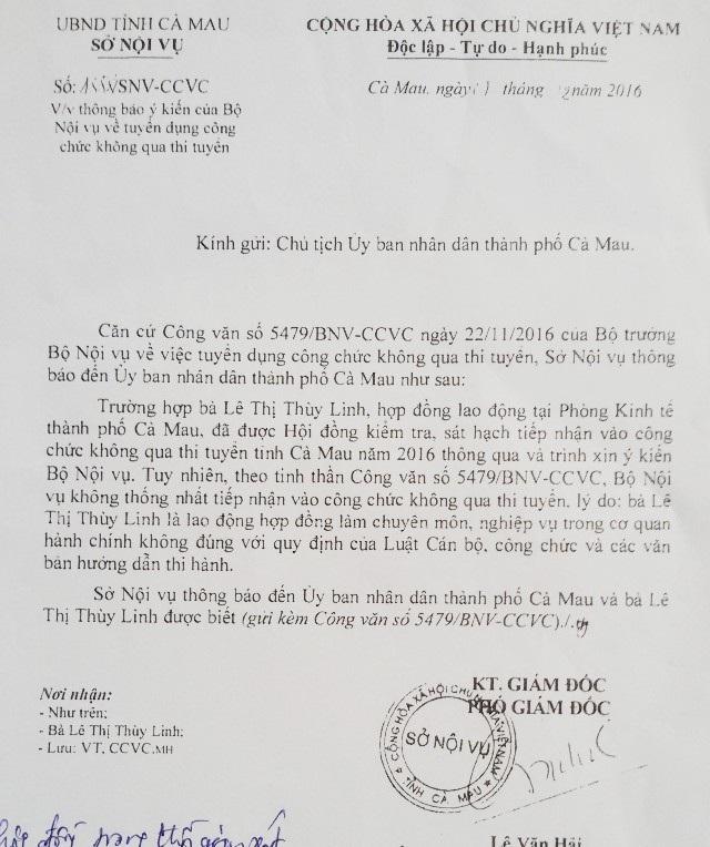 """Quyết định cho bà Linh nghỉ việc đề ngày 14/10/2016 (ảnh trên), nhưng đến ngày 1/12/2016 Sở Nội vụ tỉnh Cà Mau có công văn trả lời không tiếp nhận """"đặc cách"""" đối với bà Linh (ảnh dưới). Tức là bà Linh bị chấm dứt hợp đồng ngay trong thời điểm chờ xét vào viên chức không qua thi tuyển."""