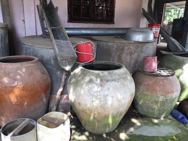 Người dân dùng mọi dụng cụ để trữ nước ngọt sử dụng trong mùa xâm nhập mặn