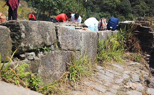 Gạch xây dựng cho thấy ngôi đền được trùng tu vào cuối thế kỷ XIX và có sự tham gia của người Dao.