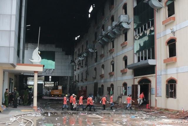 Vụ cháy kéo dài 5 ngày: Hối hả đập tường cứu máy móc - 1