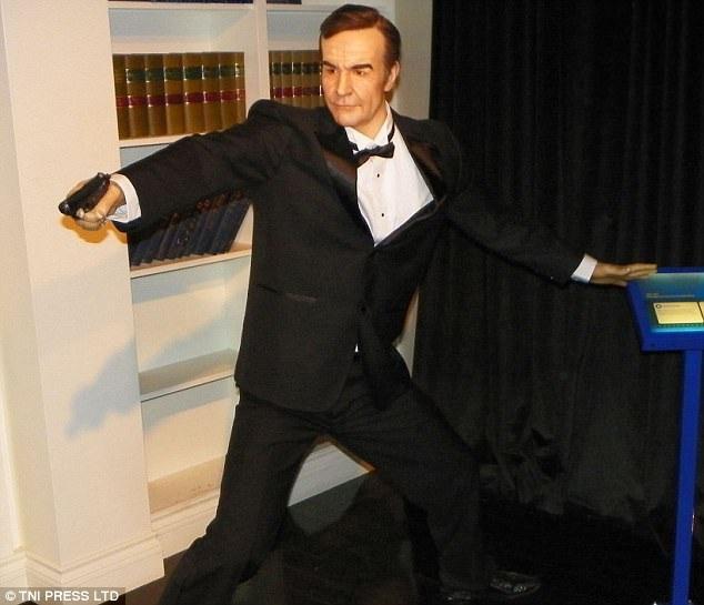 """7. Nam diễn viên trứ danh từng vào vai điệp viên 007 với những phim như """"Ngón tay vàng"""", """"Quả cầu sấm sét"""", """"Kim cương vĩnh cửu""""…"""