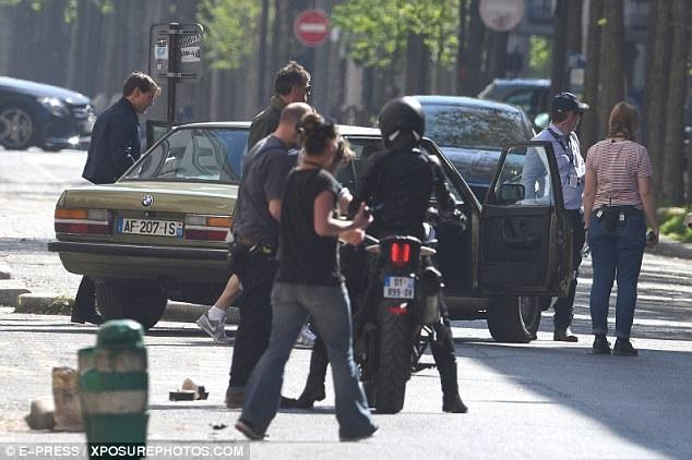 """Một con phố ở Paris đã tạm ngưng hoạt động ngay giữa ban ngày để đoàn phim """"Nhiệm vụ bất khả thi 6"""" ghi hình."""