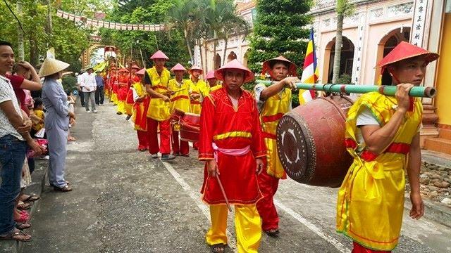 Trong đó, phường bát âm, đoàn quân lính... là những bộ phận không thể thiếu. Lễ rước được phục dựng như nghi lễ truyền thống xưa của làng xã. Lễ ngoài mừng Phật đản còn là ngày hội lớn của người dân nên ai nấy đều nô nức tham dự.